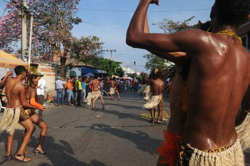 carnaval in Colombia door Tom van der Leij, dansend door alternatieve route