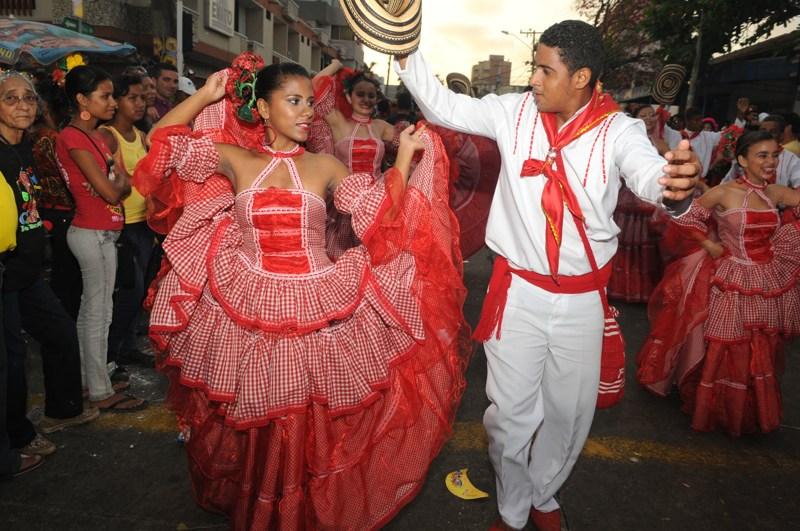 carnaval in Colombia door Tom van der Leij, man en vrouw in rood en witte kleding