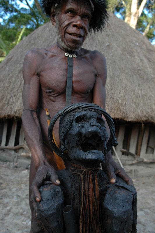 foto: Tom van der Leij - man met mummie Irian Jaya
