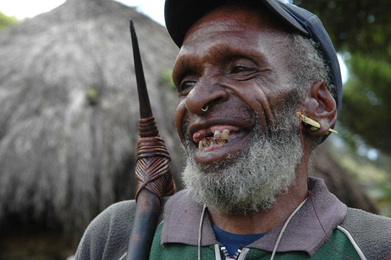 foto: Tom van der Leij - man uit Irian Jaya met neus- en oorpiercing