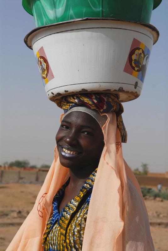 foto: Tom van der Leij - vrouw met potten op hoofd in Niger