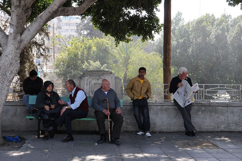 foto: Tom van der Leij - mensen op straat wachtend op bus
