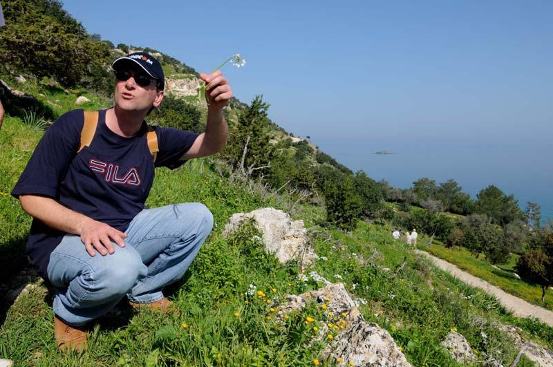 foto: Tom van der Leij - man op heuvel in hurkzit met Fila t-shirt