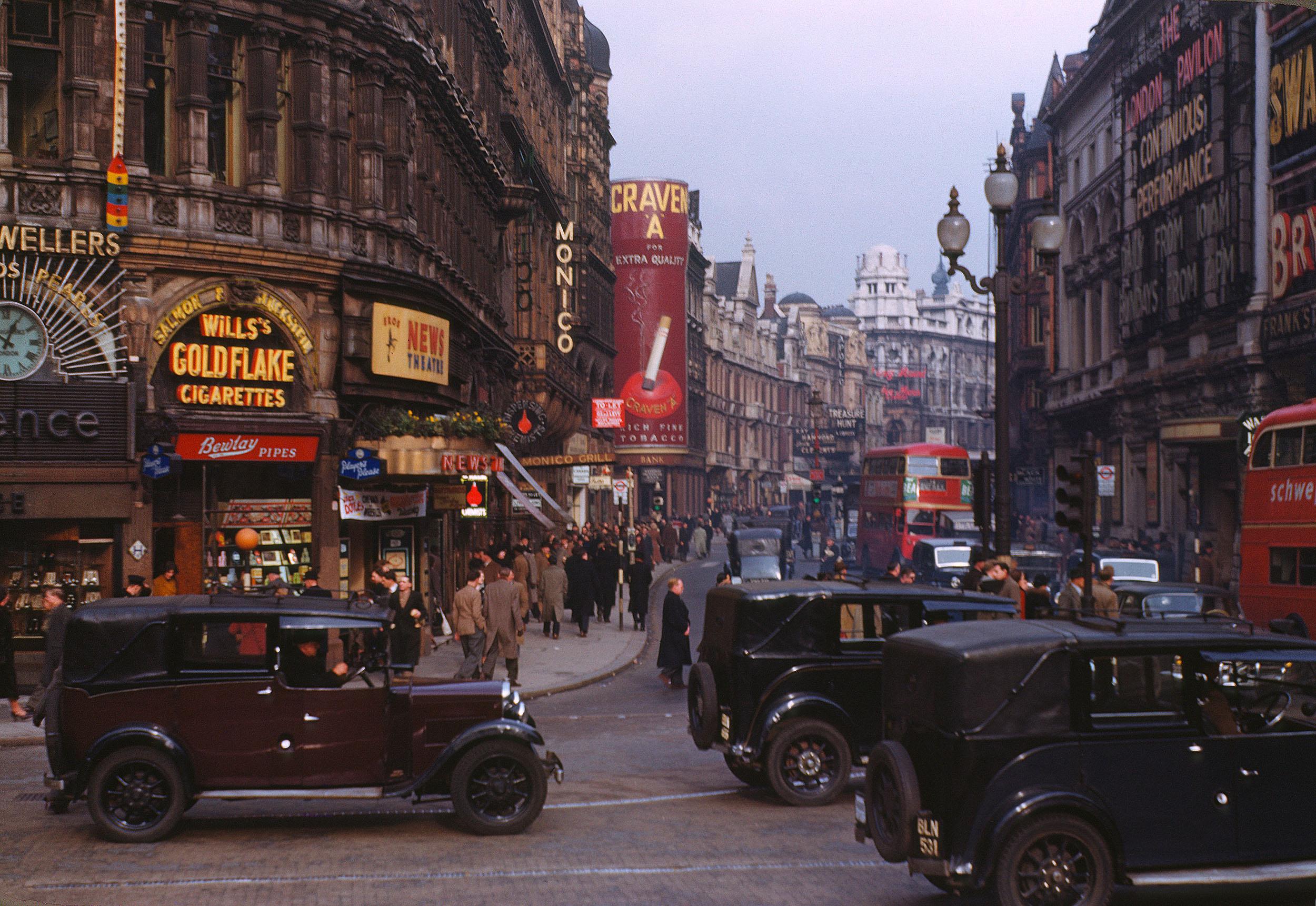 foto: Chalmers Butterfield | Kodachromefoto van Shaftesbury Avenue in Londen (ca. 1949)