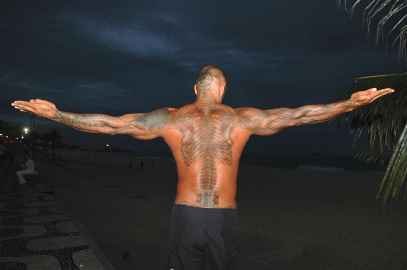 foto: Tom van der Leij - Rio de Janeiro, man met tattoo op rug
