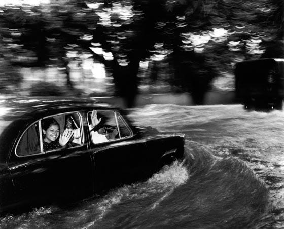 foto: Carl De Keyzer - Bombay, auto door water