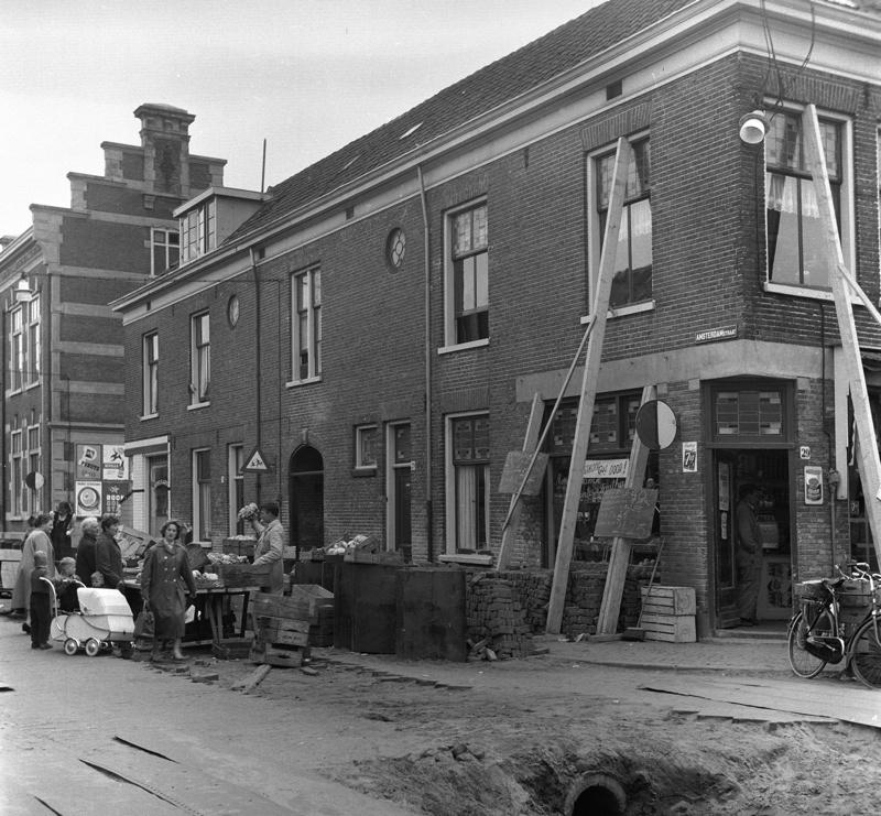 Willem Marloed Zilver Rupe: Een marktkoopman biedt zijn waar in de Zuidpolderstraat in Haarlem (1959)