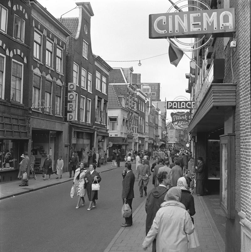 Willem Marloed Zilver Rupe: Winkelend publiek in de Grote Houtstraat in Haarlem (1962)
