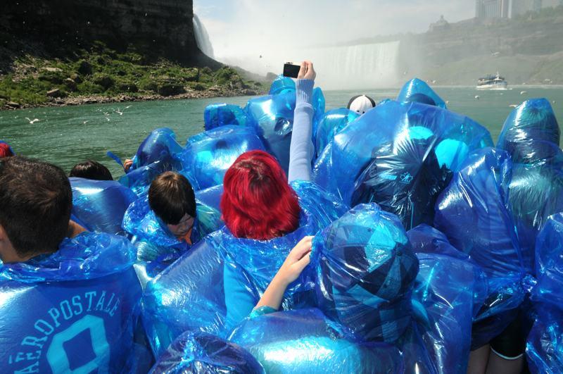 foto: © Tom van der Leij | Mensen in blauwe regenpakken bij Niagarawatervallen