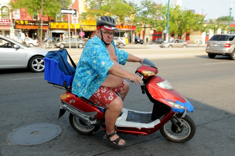 foto: © Tom van der Leij | dikke man op straat in Toronto op scooter