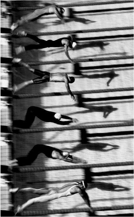foto: Adam Pretty | Olympische Zomerspelen - De semifinale, een treffen tussen Pieter van den Hoogenband - de enige zwemmer zonder swimsuit - en zijn rivaal Ian Thorpe