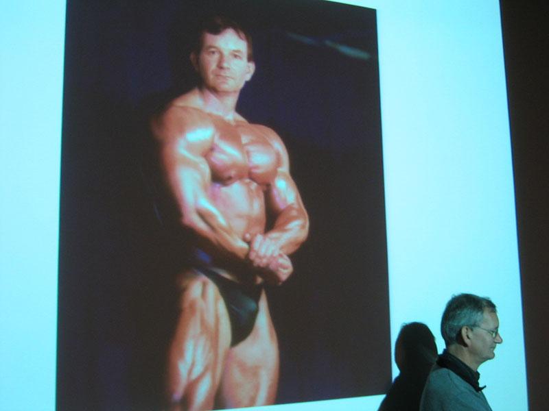 foto: Fotografie.nl | Martin Parr tijdens lezing Fotoacademie met foto bodybuilder