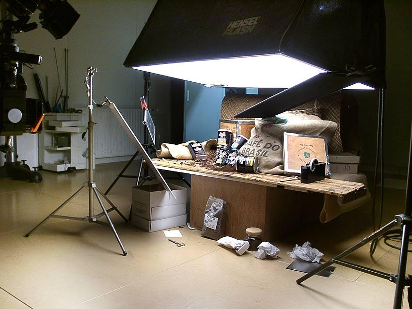 foto van een studioset met stilleven op tafel