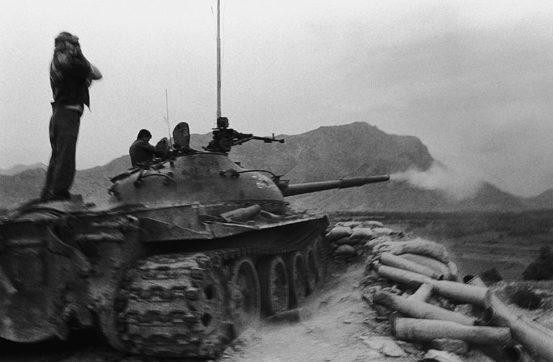 foto: Robert Knoth | Tank van de Noordelijke Alliantie die vuurt op de stellingen van de Taliban tijdens het beleg van Kabul