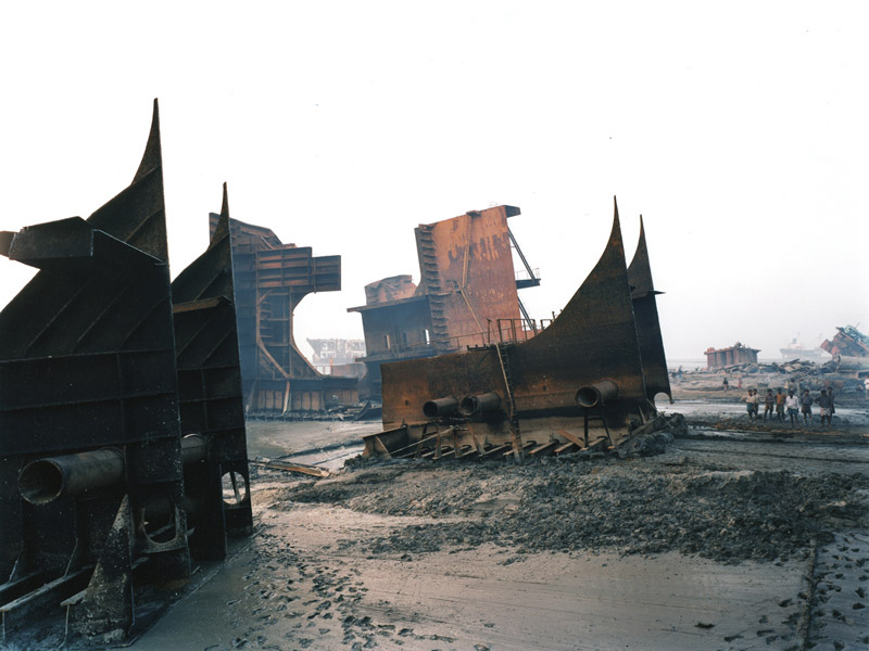 foto: Courtesy Edward Burtynsky, Toronto, Canada | Shipbreaking No. 9a, Chittagong, Bangladesh 2000 (left panel)
