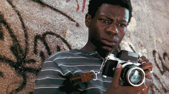 Gewapend met zijn camera legt Buscape de bende-oorlog in Cidade de Deus vast