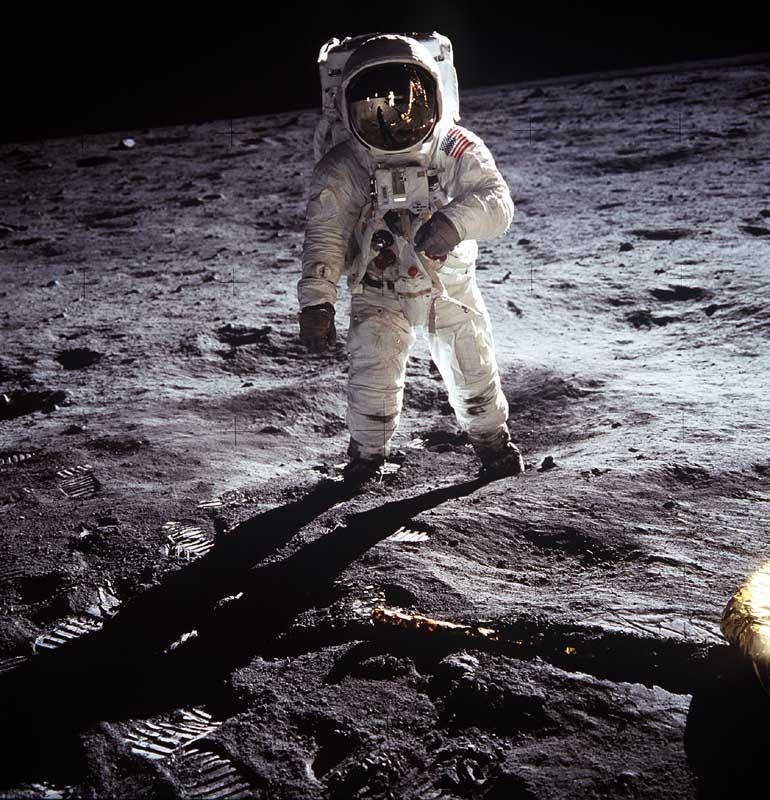 Edwin E. 'Buzz' Aldrin tijdens zijn eerste, wankele stappen op de maan