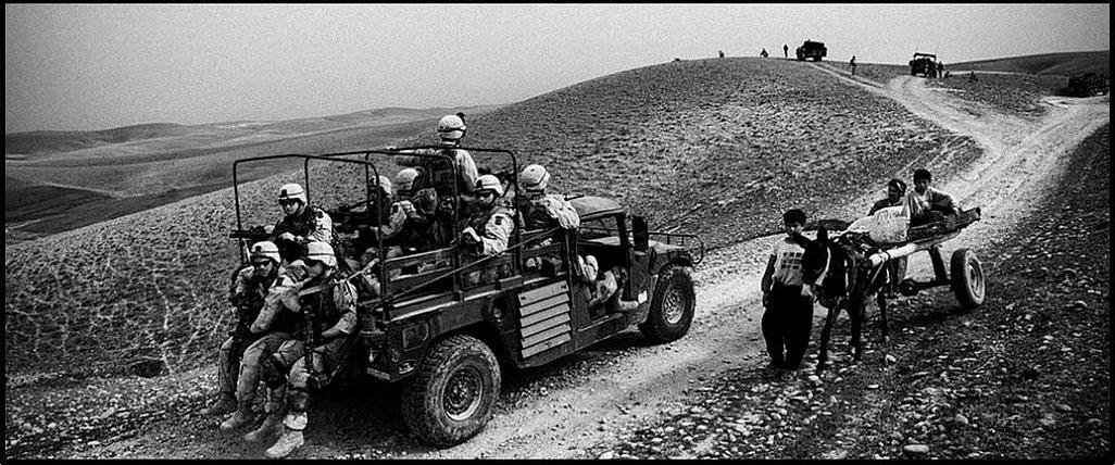foto: © Eddy van Wessel - soldaten in jeep