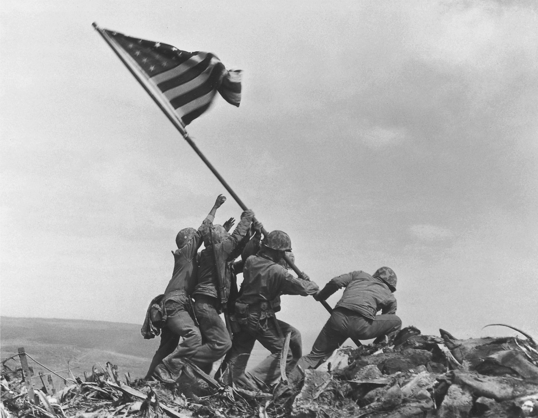 Vijf mariniers planten na de verovering van het Japanse eiland Iwo Jima een Amerikaanse vlag op de berg Suribachi.