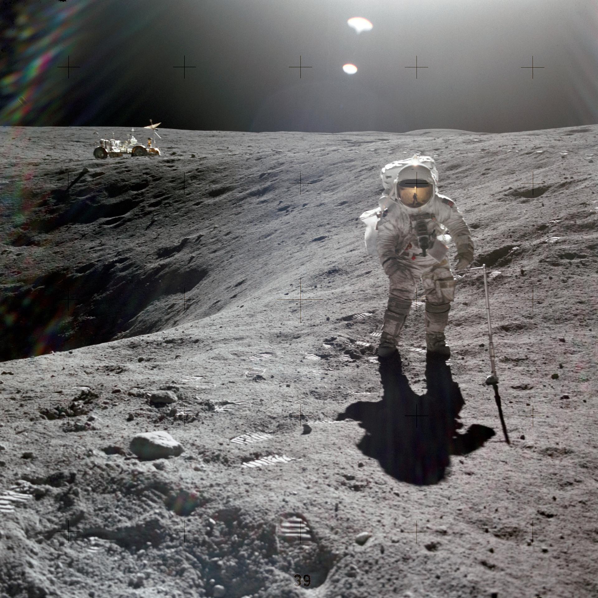 Charles Duke, piloot van de maanlander, op de rand van een maankrater,