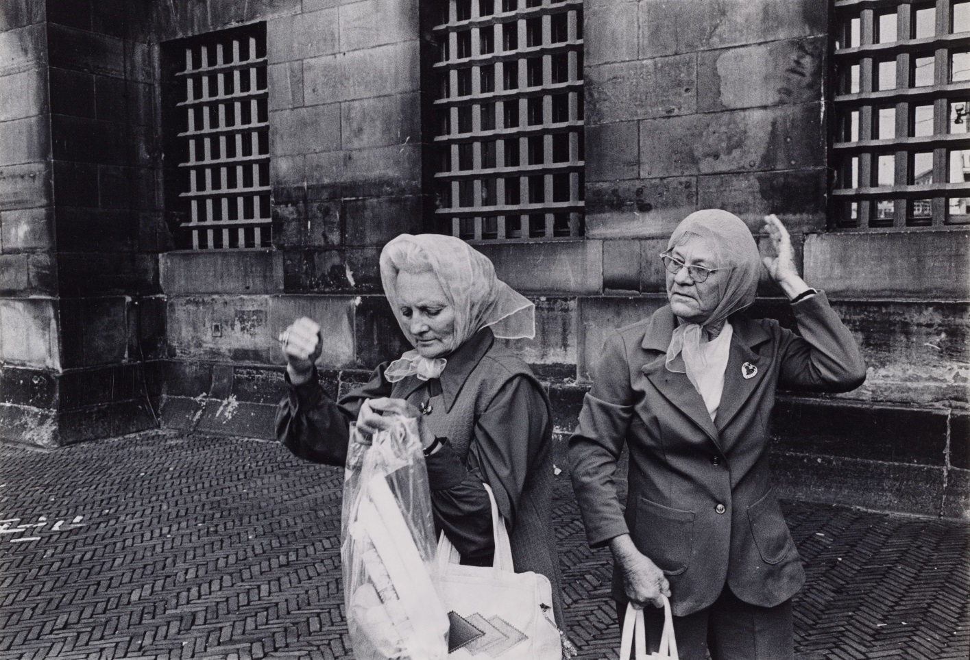 Foto:Dolf Toussaint - Twee vrouwen op de Dam voor het Koninklijk Paleis, 1971-1972.