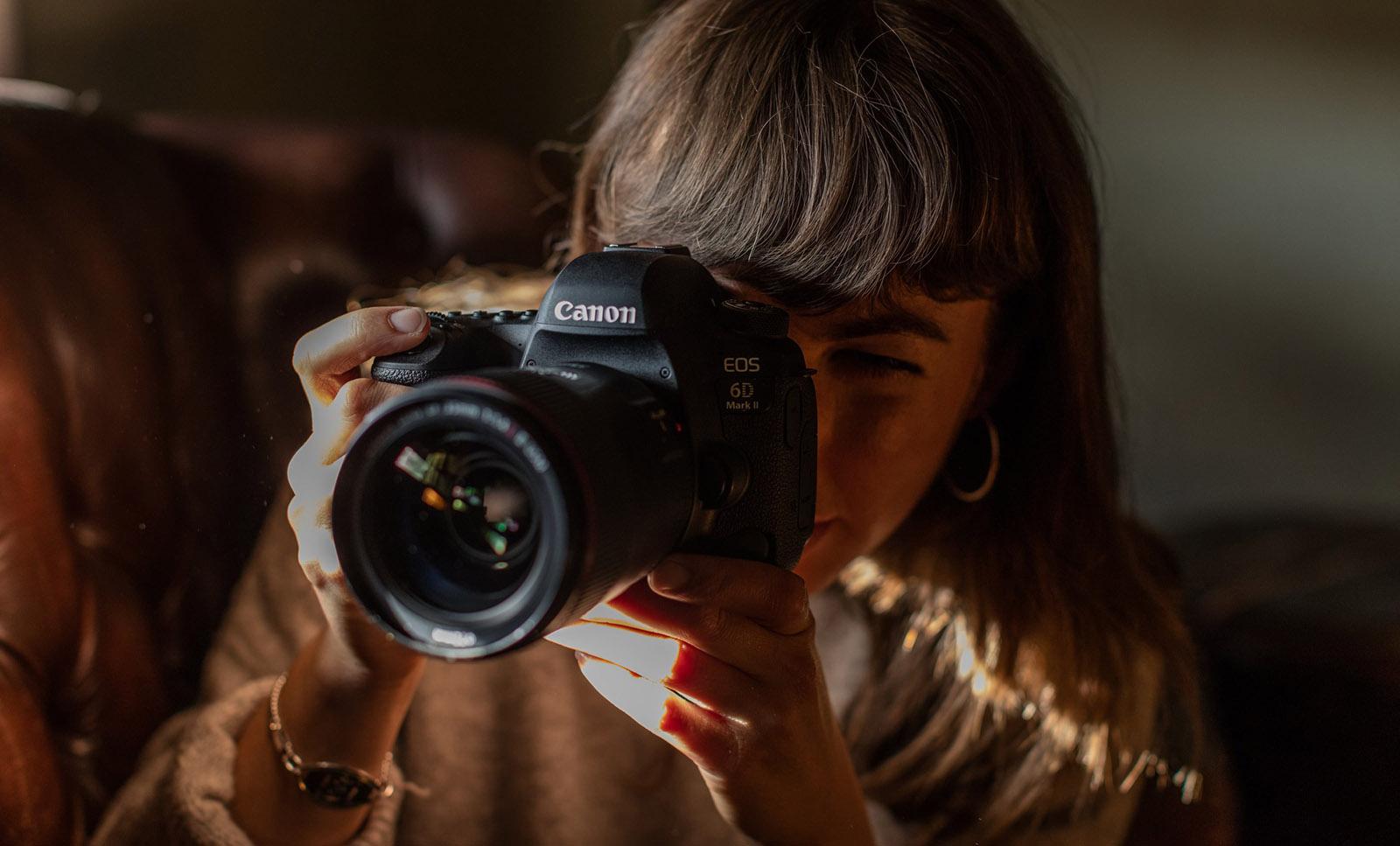 vrouw maakt foto met Canon EOS 6D Mark II