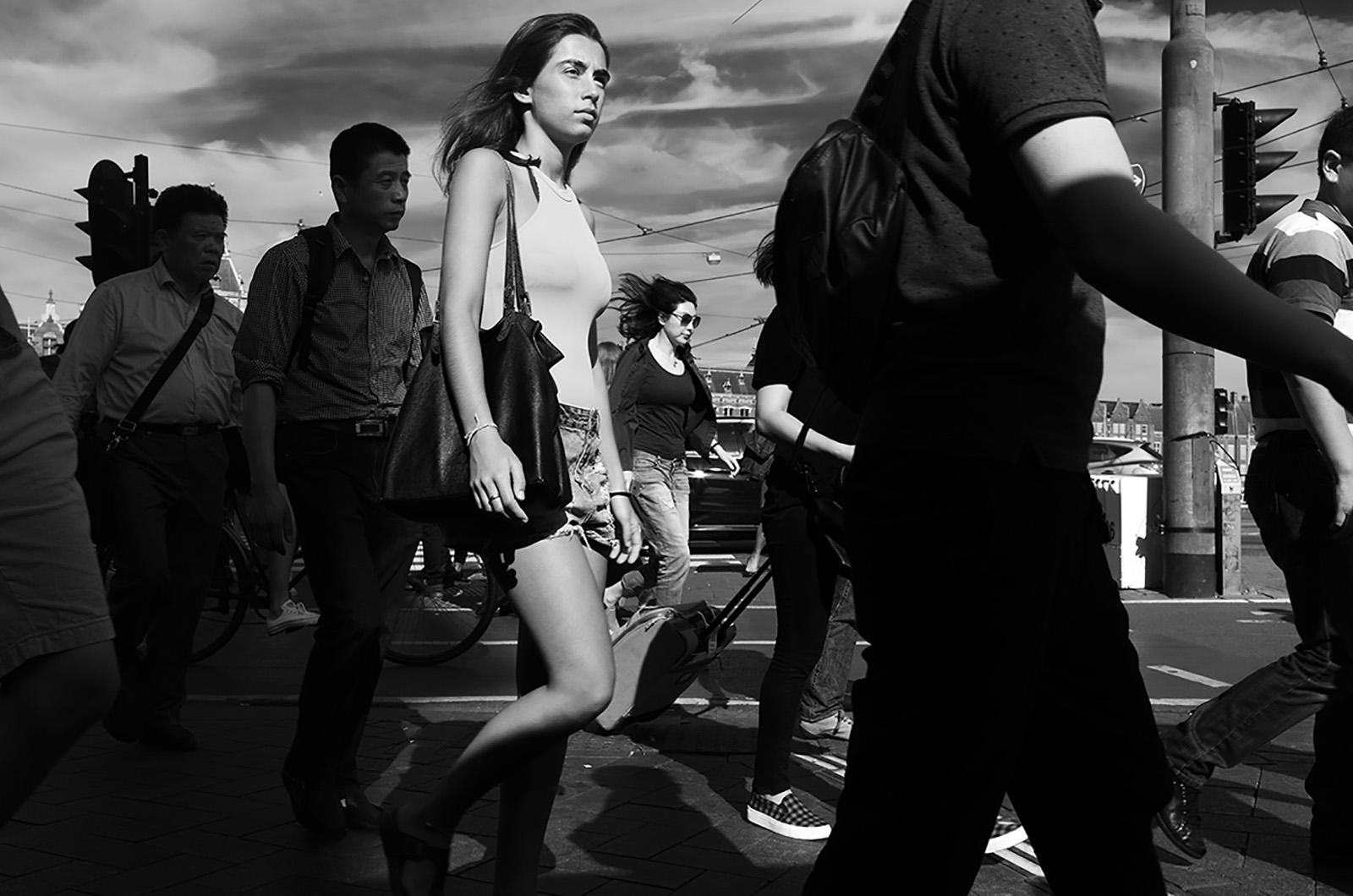 foto: © Friso Kooijman 2017 - meisje tussen mensen op straat lopend