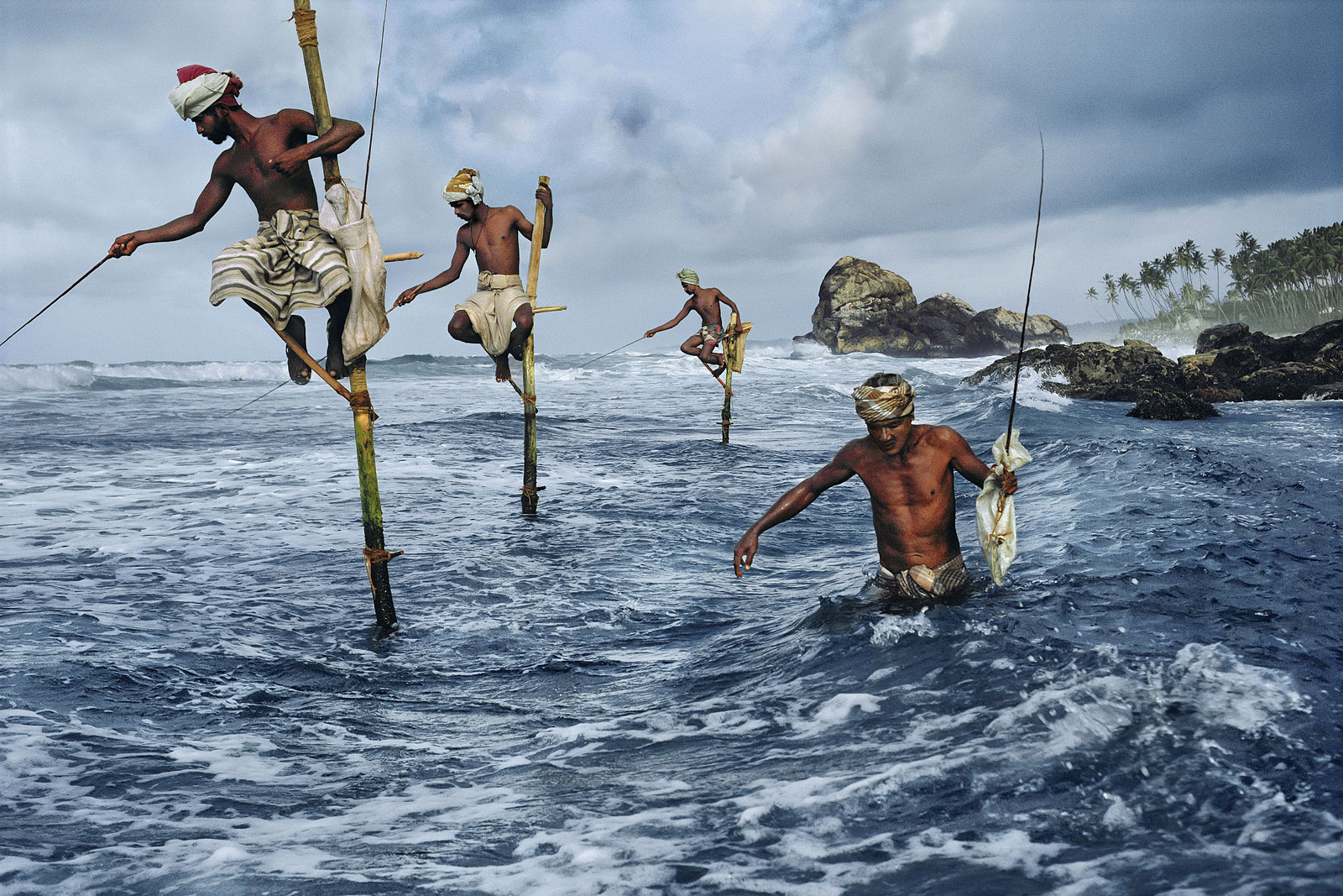 foto: © Steve McCurry - Fishermen, Weligama, South Coast, Sri Lanka, 1995