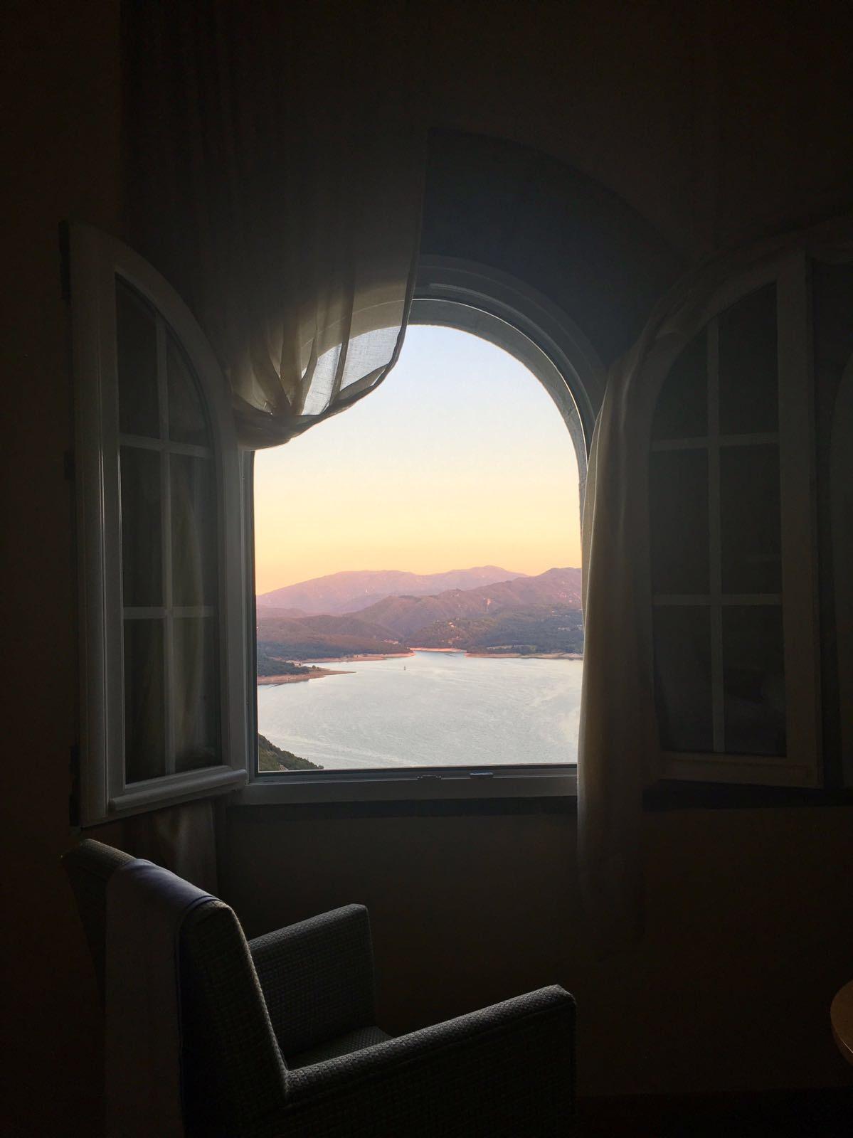 foto: Nils Broekhof - categorie REIZEN, open raam met uitzicht op bergen