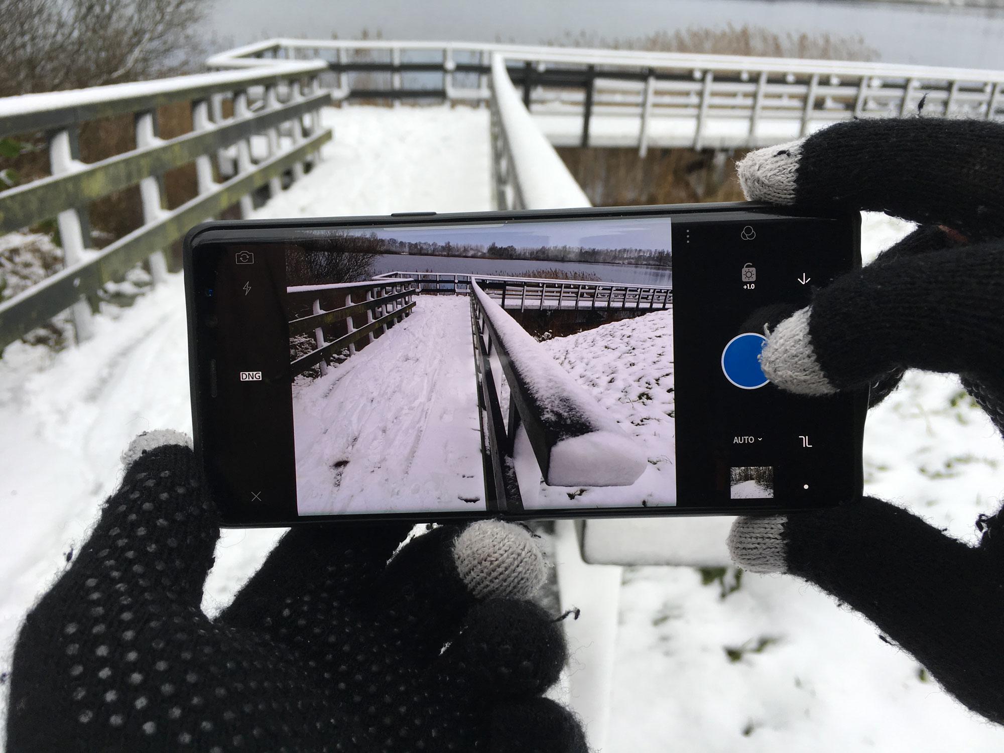 foto maken van brug in sneeuw