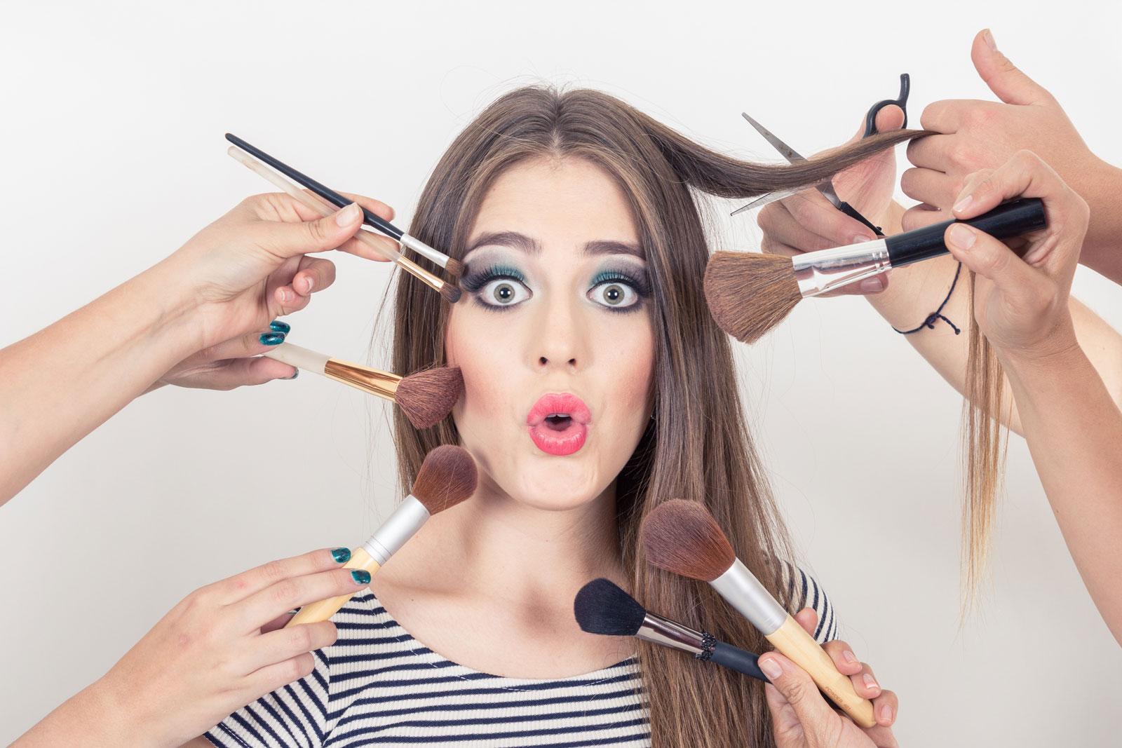 meisje met make up kwasten