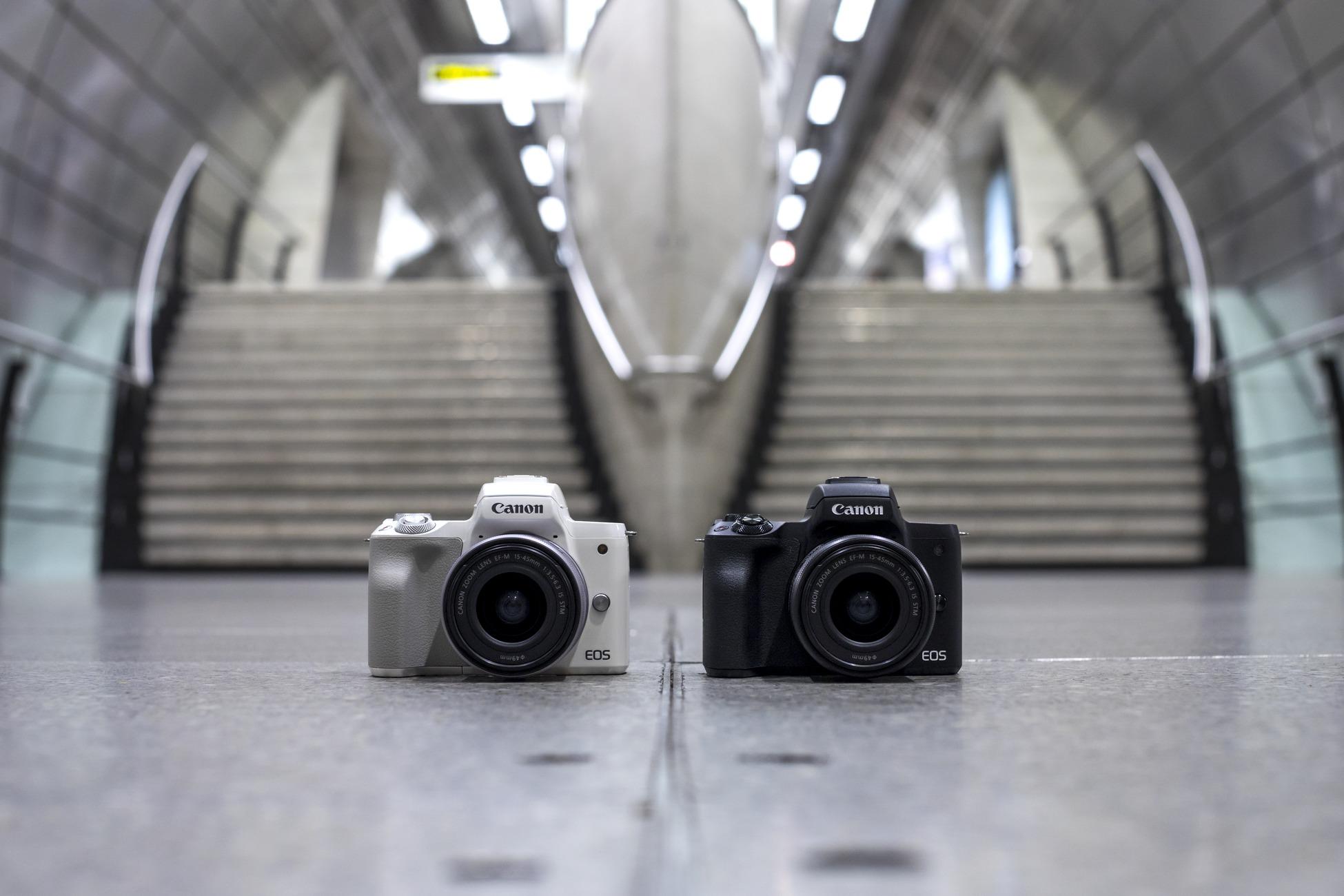 2 Canon EOS M50 systeemcamera's bij trap in openbare ruimte