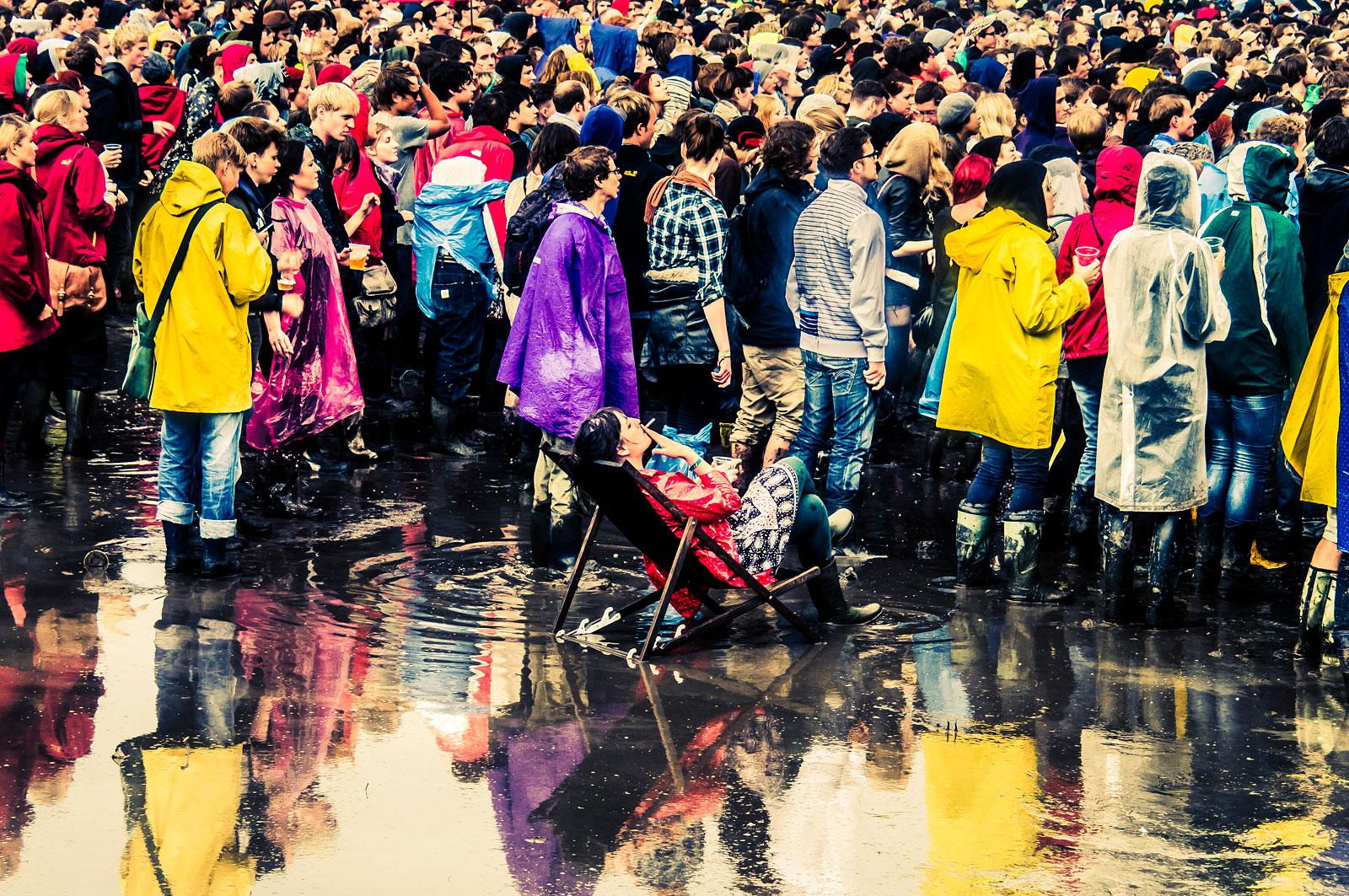 foto van mensen op festival in regen