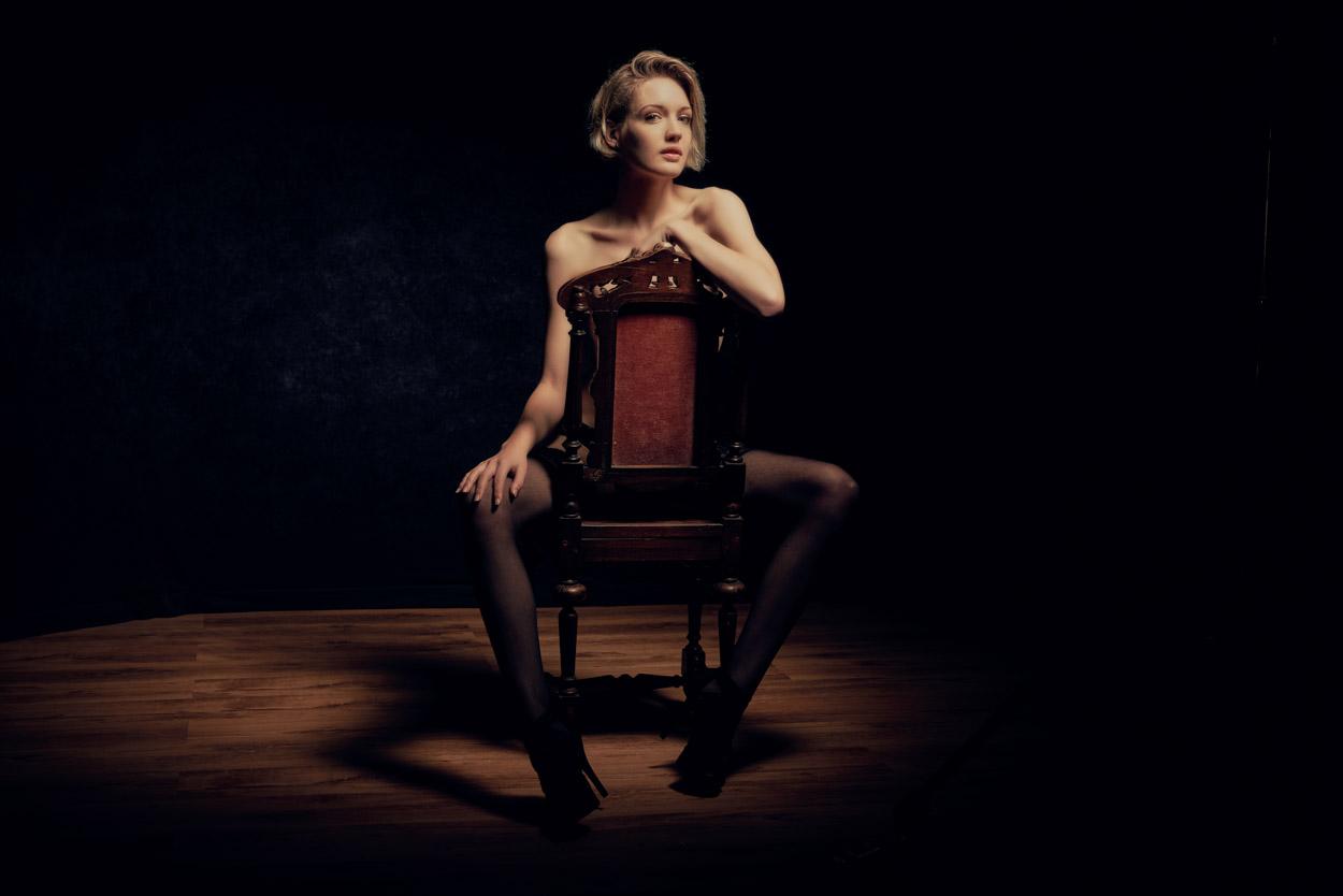 Glamour model zit op stoel door Frank Doorhof
