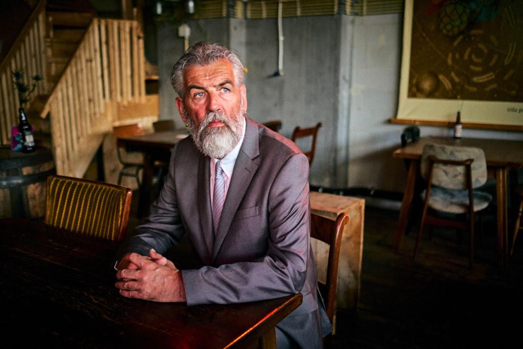 foto: ©Ferry Knijn - man met baard in ouderwetse kamer