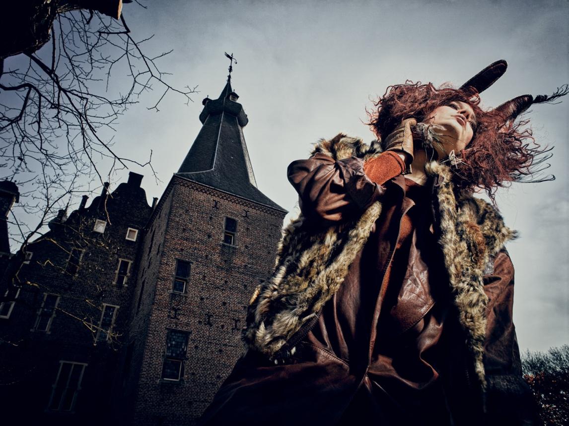 foto: ©Frank Doorhof - model op van onderaf buiten bij toren