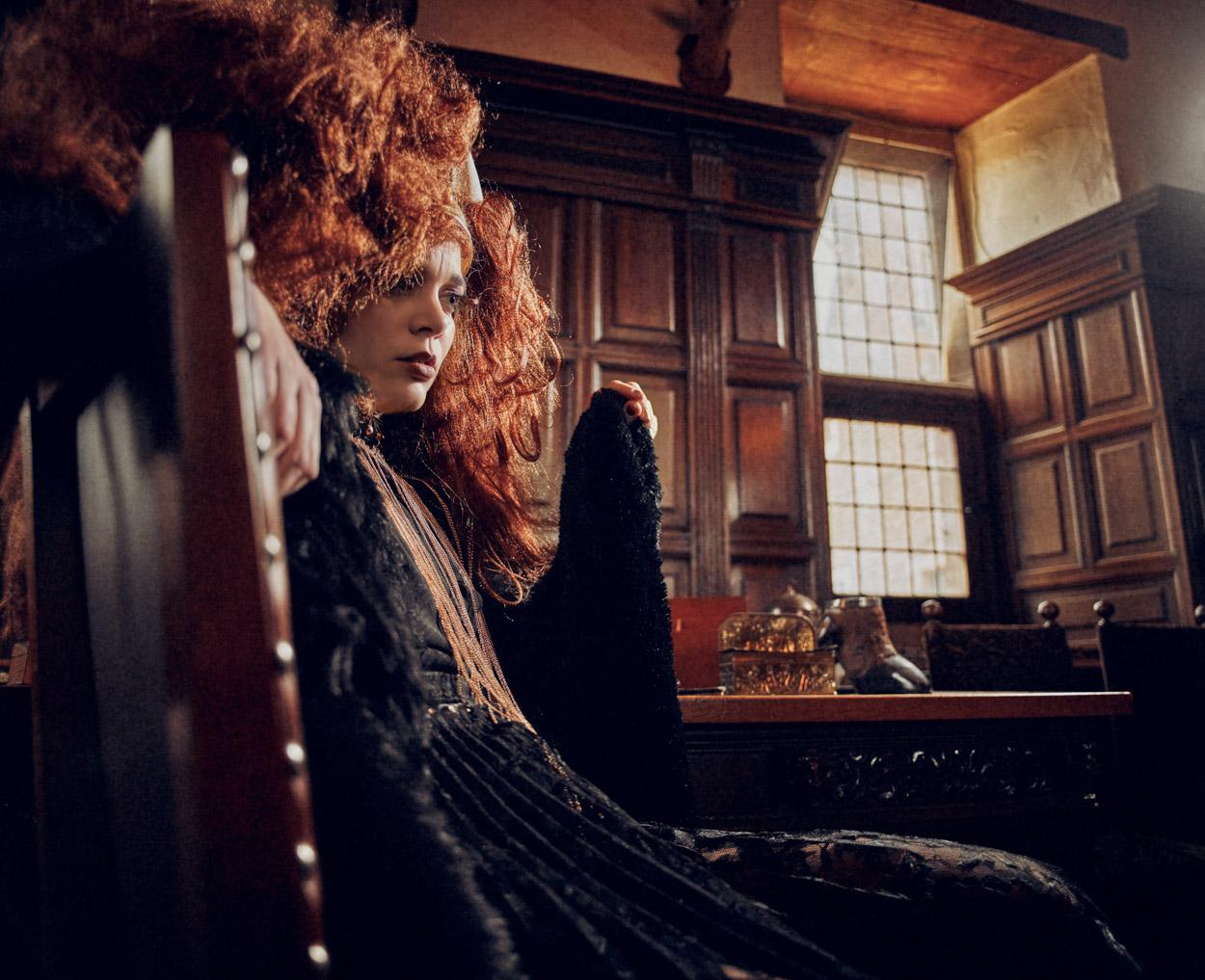 foto: ©Frank Doorhof - Nadine op stoel in studeerkamer