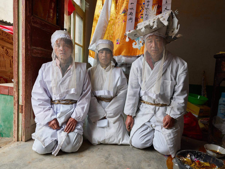 foto:© Ruben Terlou, drie chinezen geknield