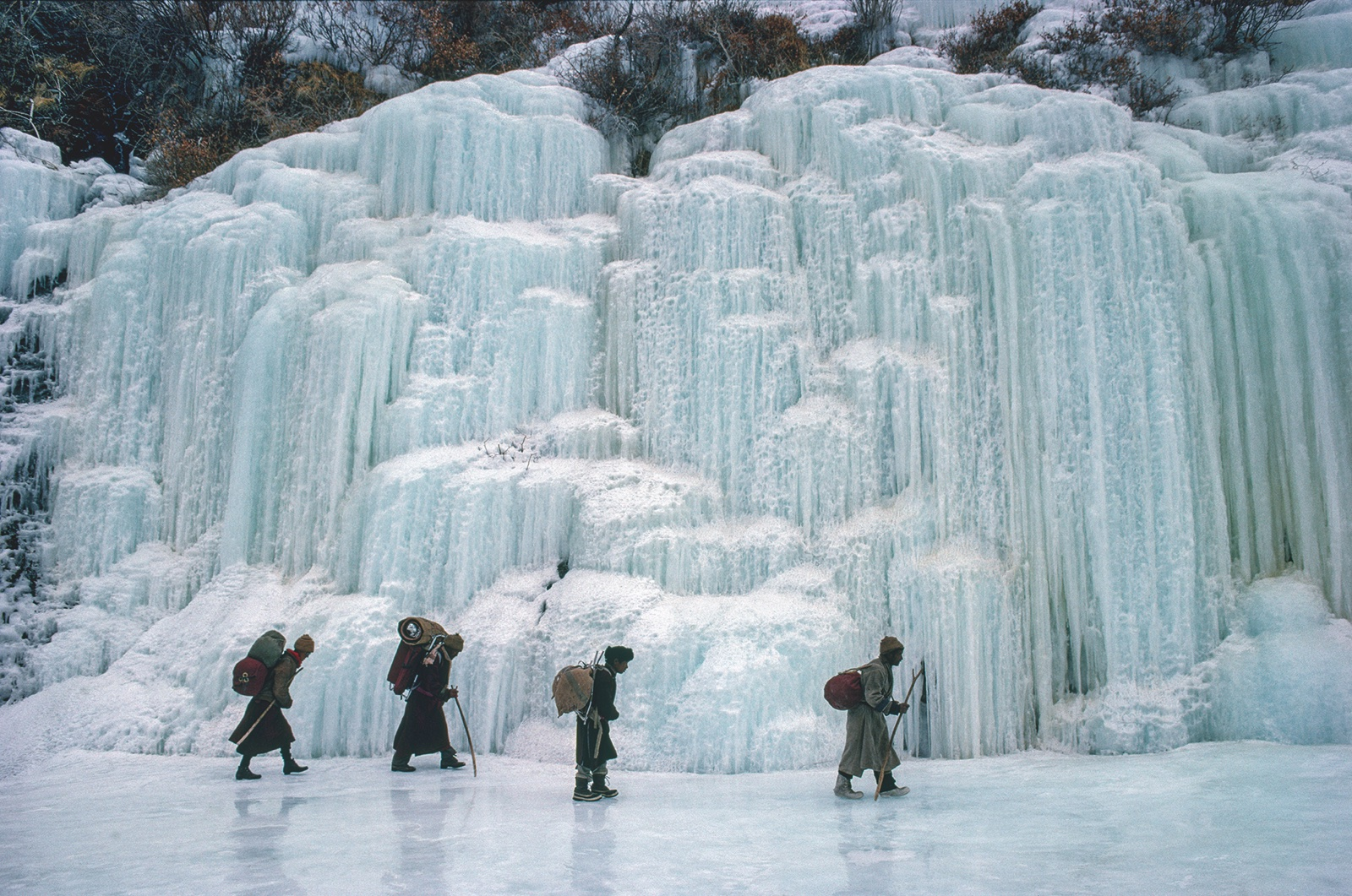 foto:© 2018 Olivier Föllmi. boeddisten bij bevroren waterval