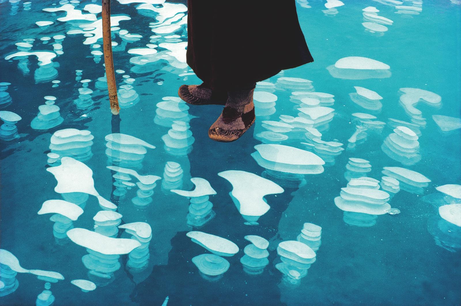 foto:© 2018 Olivier Föllmi. boeddist voeten op ijs met stok