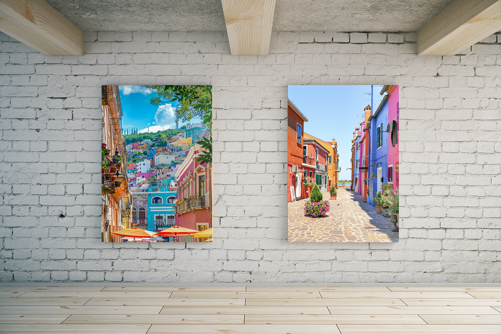 twee foto's aan de muur