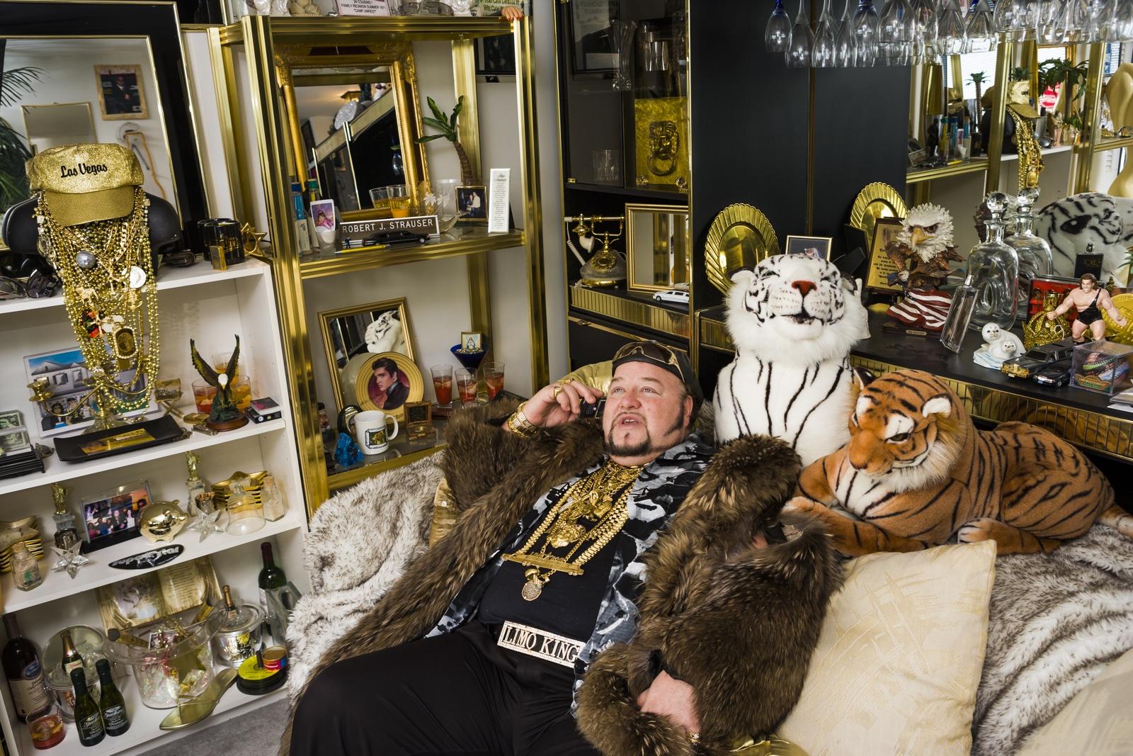 foto: © Lauren Greenfield/Fotomuseum Den Haag - Limo Bob in zijn kantoor, Chicago 2008