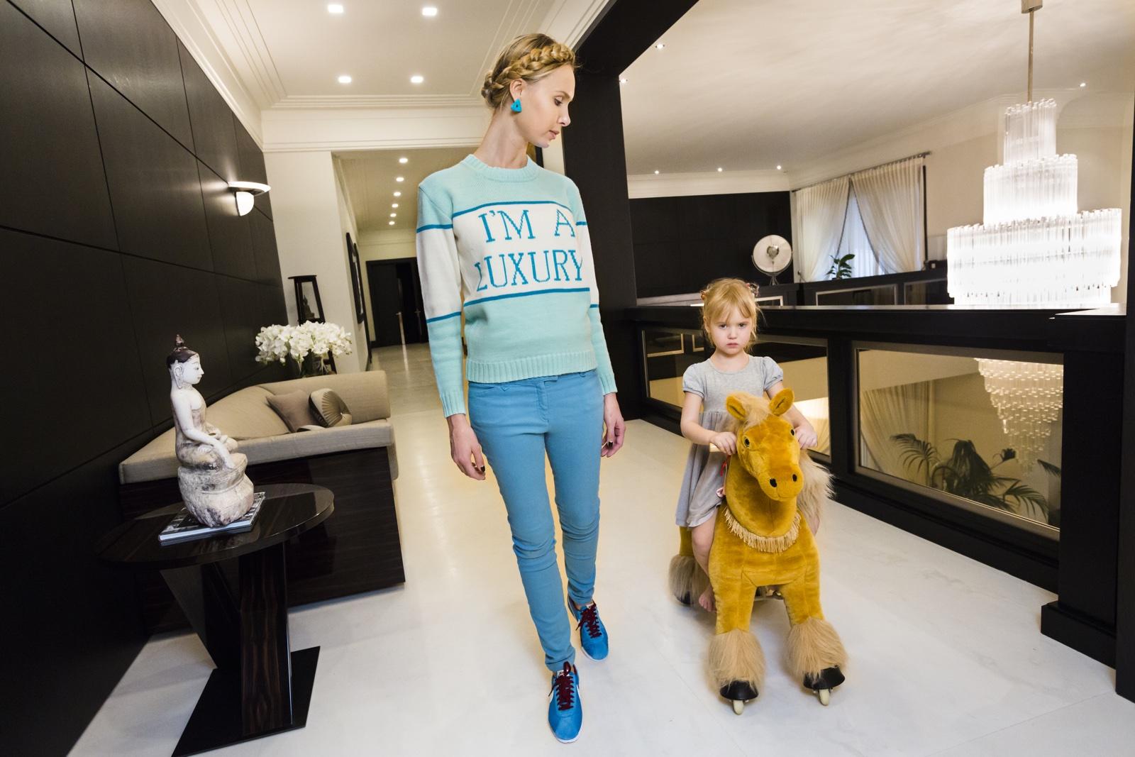 foto: © Lauren Greenfield/Fotomuseum Den Haag - Ilona thuis met haar dochter Michelle (4), Moskou 2012