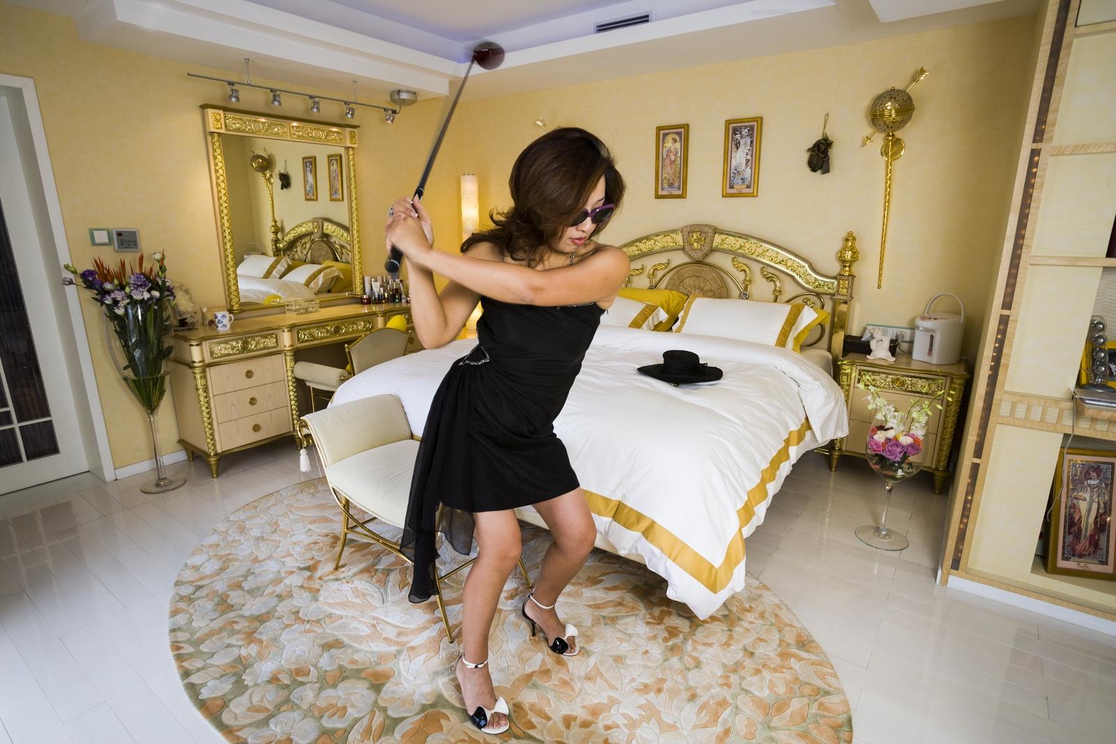 foto: © Lauren Greenfield/Fotomuseum Den Haag - Xue Qiwen (43) in haar appartement in Shanghai dat is ingericht met meubels van haar favoriete merk Versace, 2005