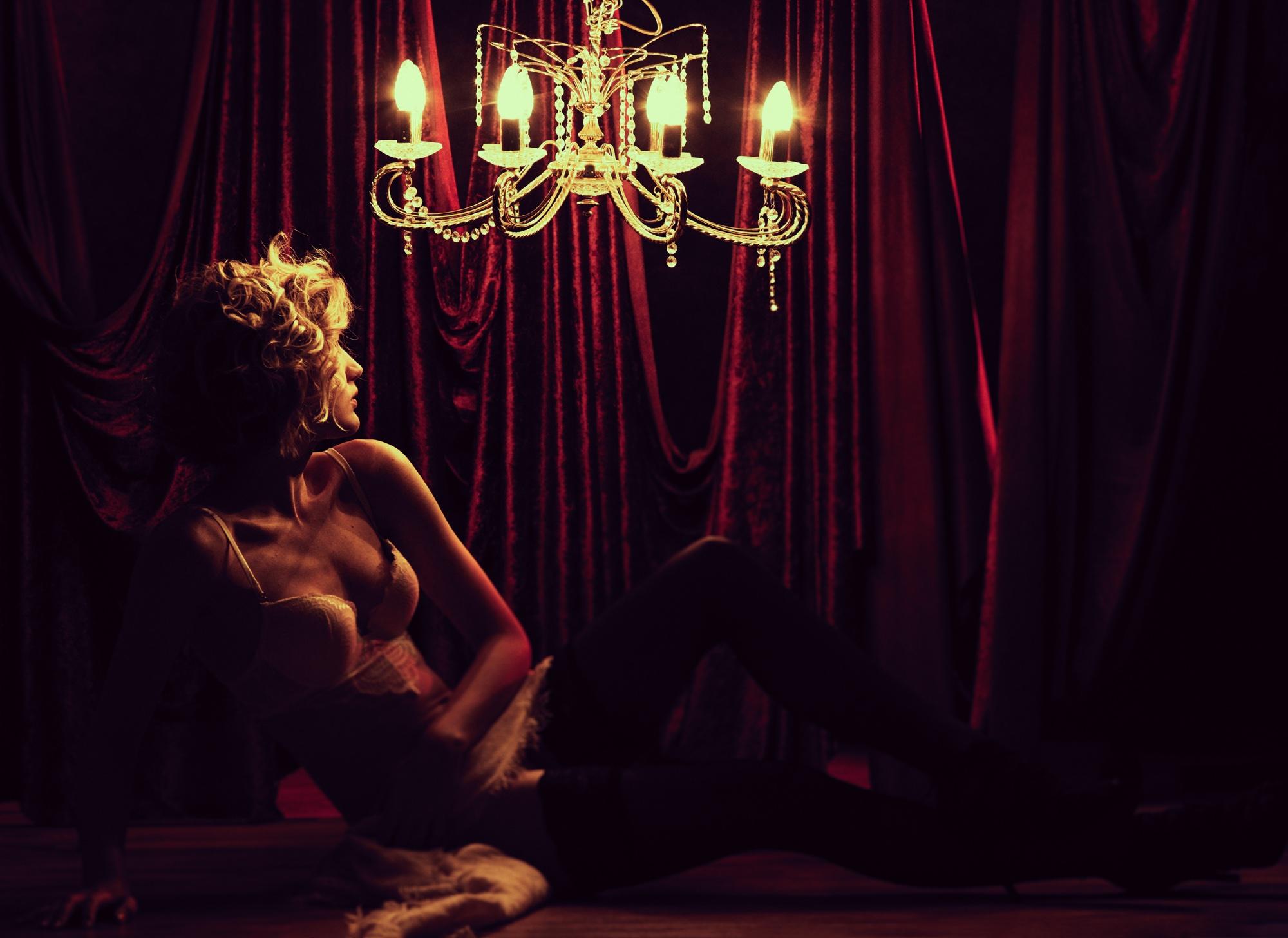 foto: © Frank Doorhof - Joke portret in bh en rode gordijnen en kaarsen