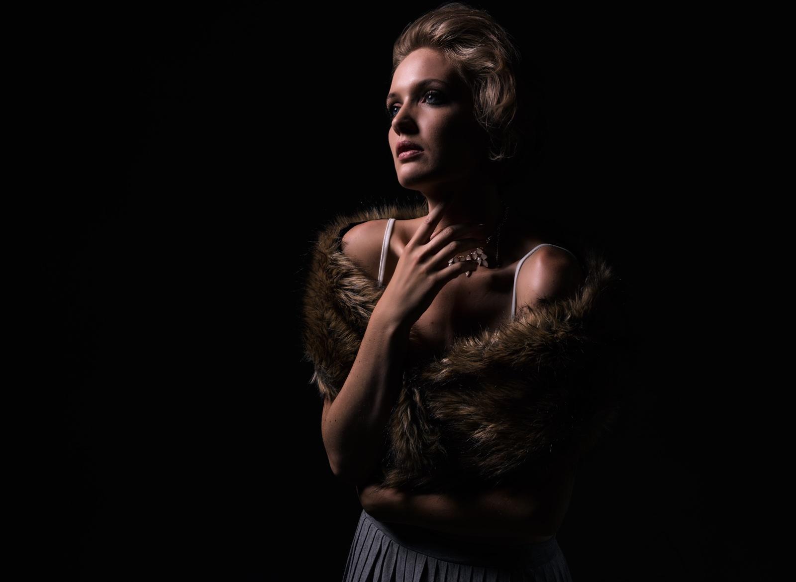 foto: © Frank Doorhof - model met bonten sjaal, jurk met spagetti bandjes