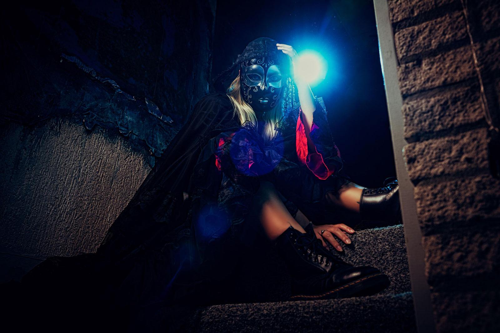 foto: © Frank Doorhof - vrouw met masker op trap bij gebouw