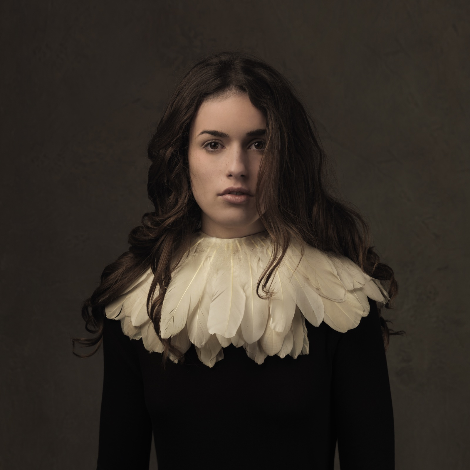 foto: © Marie Cecile Thijs - Girl with The Feather Collar 2014