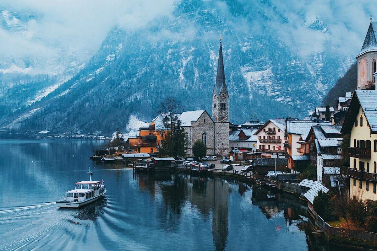 James Relf-Dyer - Instagram: 290k+ - @jamesrelfdyer, water bergen en stadje met kerk