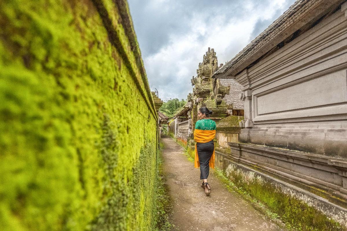 Harry Sinclair - Instagram: 45k+ - @harrysinclairphotography, vrouw loopt langs groene muur in India